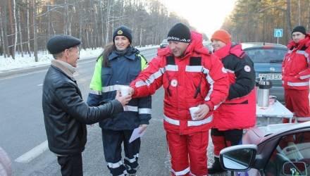 Под Гомелем ГАИ и волонтёры согревали водителей горячим чаем – фото