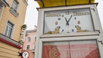 В Гомеле на проспекте Ленина часы показывают три разных времени. Жители интересуются: доколе?
