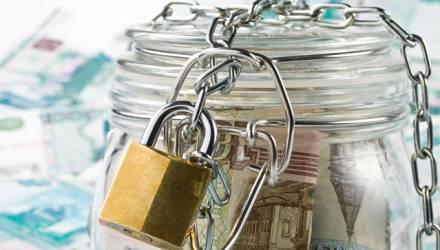 Пенсионерка закопала возле дома более 18 тысяч долларов сбережений в трехлитровых банках