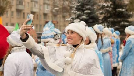 Фоторепортаж: шествие Дедов Морозов и Снегурочек по одной из самых длинных улиц Гомеля