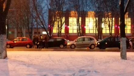 """Кажется, успели. В Гомеле собрался очередной новогодний """"паровозик"""" из 4 авто"""