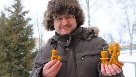 Военный пенсионер из Чечерска освоил изготовление новогодних восковых фигурок
