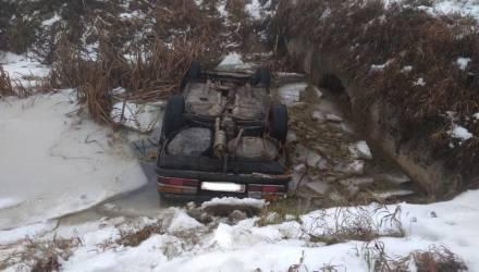 Ужасная смерть. Под Жлобином BMW вылетел в мелиоративный канал и перевернулся: водитель и его мать погибли