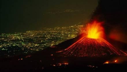 """""""Бушующая ярость"""": в Италии началось извержение вулкана Этна"""