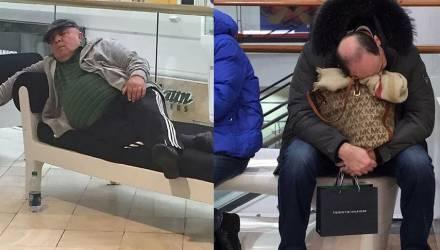 «Пережить это страшное время». На фото показали мужчин, ждущих жён во время шопинга