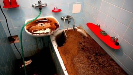 Это пахнет дурно: в одной из гомельских многоэтажек жильцы спускают в канализацию ветошь и прокладки, а затем жалуются, что их заливает нечистотами