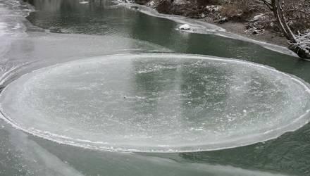 Природный феномен в Чаусах: на реке появился вращающийся ледяной круг