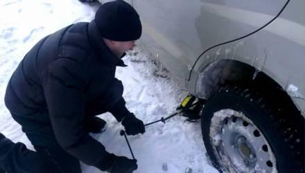Многоходовочка. Водитель-белорус побежал за укатившимся колесом — и в это время у него украли домкрат