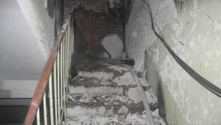 «Боимся ложиться спать». В многоэтажке в центре Гомеля кто-то вторую ночь подряд поджигает подъезд
