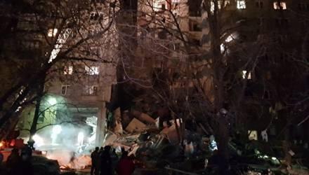 В результате взрыва газа в Магнитогорске обрушился подъезд в многоэтажке – сообщается о двух погибших