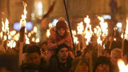 Снеговики с автоматами и факельное шествие. В Киеве националисты провели марши по случаю 110-летия Бандеры