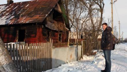 Белорусский школьник пытался достать человека из горящего дома, пока взрослые рядом снимали на смартфоны