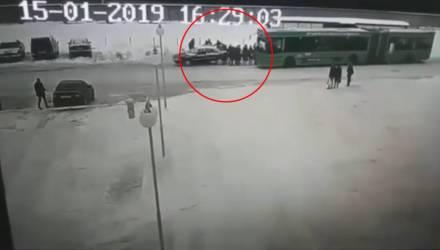 В Полоцке автомобиль задом въехал в толпу людей на остановке – водитель был пьян, его нашли дома (видео)