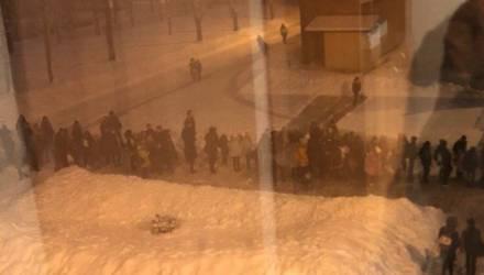 «Многие опоздали на уроки»: возле белорусской школы дети и родители выстроились в очередь. Что произошло?
