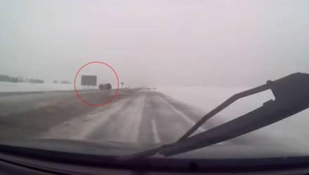 Видеофакт. На М1 легковушка зацепила «снежную кашу» и несколько раз перевернулась