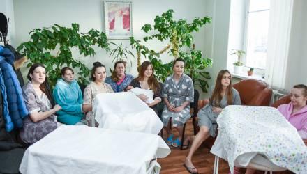 Гомельские мамы, родившие в Рождественские дни, получили от владыки Стефана подарки