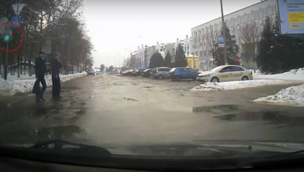 """Спорная ситуация. В Речице оштрафовали водителя, который не пропустил пешеходов, идущих на свой """"красный"""""""