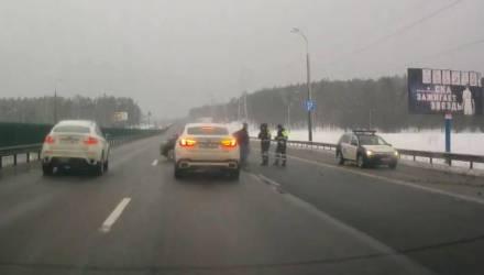 На МКАД автомобиль ГАИ протаранил две легковушки и врезался в отбойник – видео