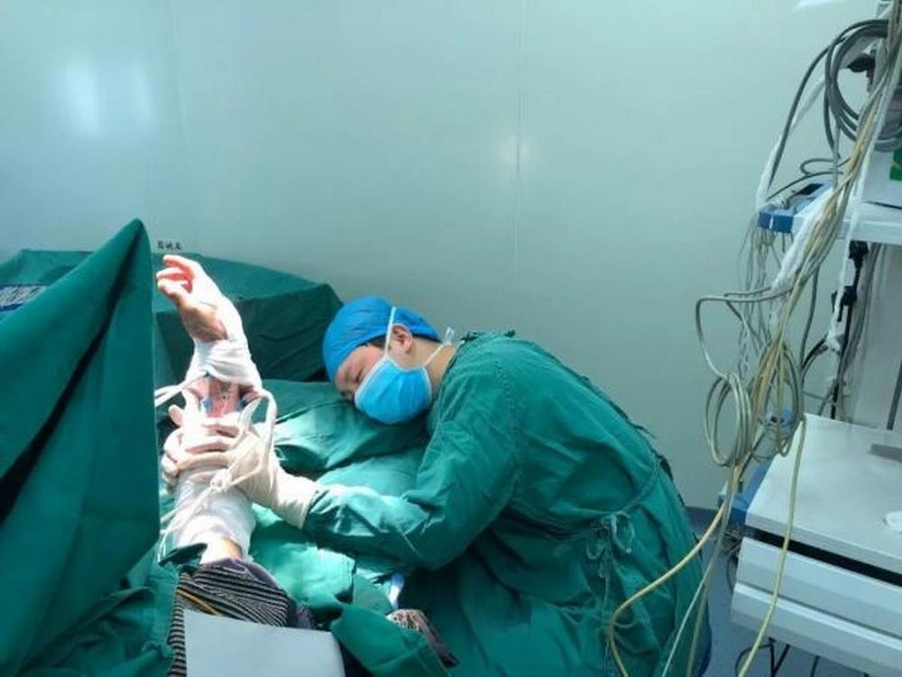 Хирург провёл 6 операций и уснул прямо у стола, держа пациента за пришитую руку
