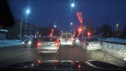 """На Гомельщине водитель BMW оправдал всю народную молву: проехал на """"красный"""" и едва не задавил парочку прохожих"""