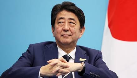 Премьер Японии пообещал не выселять россиян в случае передачи южных Курил