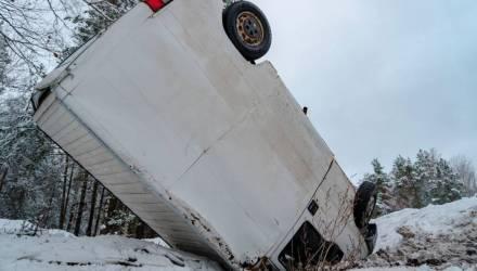 На въезде в Светлогорск Peugeot проделал невероятный кульбит и застыл в неудобной позе вверх колёсами