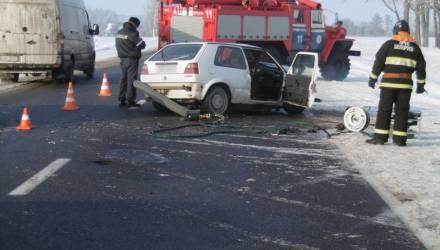 Смерть на гомельской трассе. Водитель-бесправник на VW Golf выехал на встречку, столкнулся с VW Passat и умер