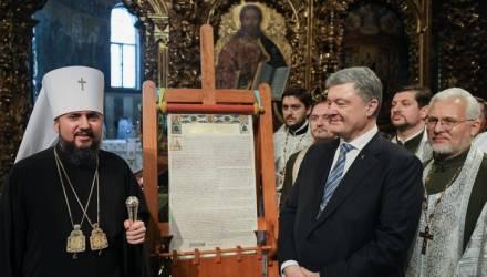 Священник упал в обморок рядом с Порошенко в ожидании томоса