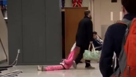 В — воспитание. Отец протащил дочку по аэропорту за капюшон (видео)