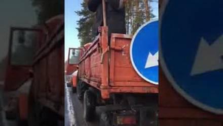 Видеофакт: на М10 гомельские дорожники прямо из кузова сыплют в ямы с водой асфальтную крошку. Это как?