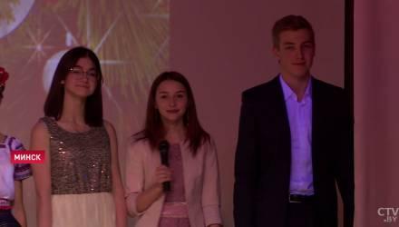 Николай Лукашенко с другими школьниками привёз подарки с президентского подворья в дом-интернат – видео