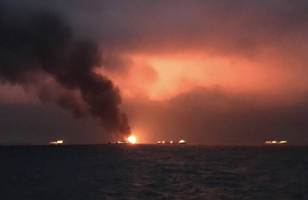 Люди прыгали за борт. Два корабля загорелись в Чёрном море (фото, видео)