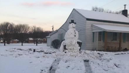 Хулиган решил сбить на машине чужого гигантского снеговика. Снеговик отомстил за себя мгновенно