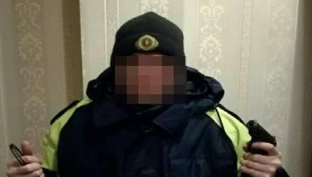 Жителя Полоцка, выложившего в Сеть фото в форме гаишника с наручниками и оружием, оштрафовали