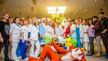 Популярный певец Макс Лоренс принял участие в благотворительной акции для деток в гомельском РНПЦ
