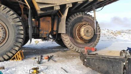 Под Новосибирском лопнувшее колесо БелАЗа убило двух человек