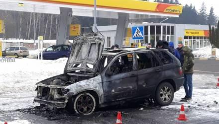 Что-то пошло не так: 20-летний белорус угнал BMW X5, чтобы покатать девушек – автомобиль сгорел