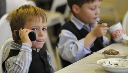 Минобразования предлагает ограничить мобильники в школах
