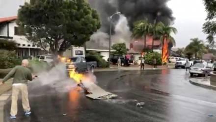 Самолёт упал на жилые дома в США, погибли люди (видео)