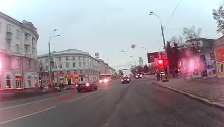 Видеофакт: в Гомеле автобус на полной скорости едва не сбил пешеходов на переходе. Кто был бы виноват?