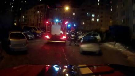 В Гомеле молодой человек спасался от огня на балконе. Из-за одного окурка пришлось эвакуировать 14 взрослых и 2 детей