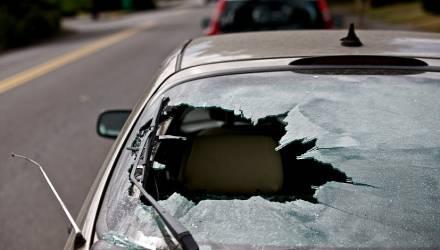 В Гомеле двое пьяных парней повредили несколько автомобилей