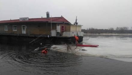 На Гомельщине унесло от берега бар с людьми. Потребовалась уникальная спасательная операция