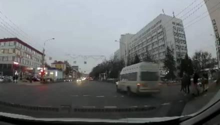 Видеофакт. В Гомеле маршрутка пролетела на красный прямо перед носом у пешеходов