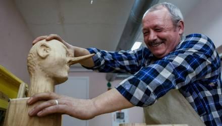На Гомельщине живёт и работает народный мастер редкой профессии — бондарь