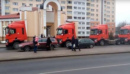 В белорусский ЗАГС приехал свадебный кортеж из тягачей (видео)