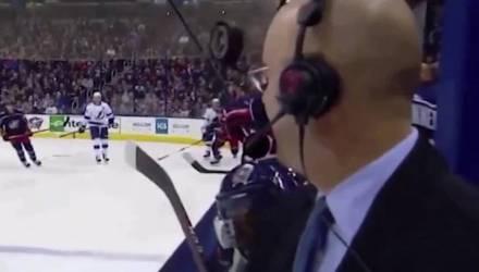 Секунда — и комментатор хоккея оказался на грани смерти прямо в объективе камеры