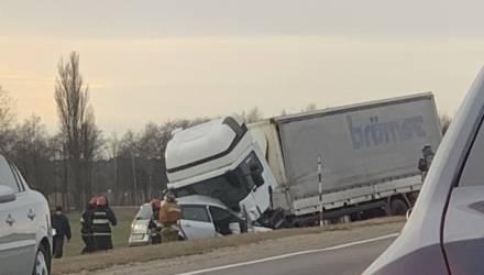 Страшное ДТП. На гомельской трассе Renault влетел под фуру – погиб человек (фото)