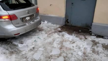 """«Сошла целая """"лавина""""». В Витебске с крыши обрушился лёд и разбил авто девушки"""