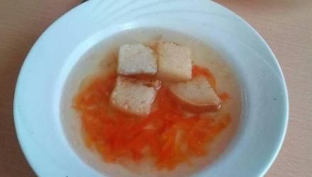 В школьной столовой Слонима детей кормят супом из морковки и хлеба – родители негодуют